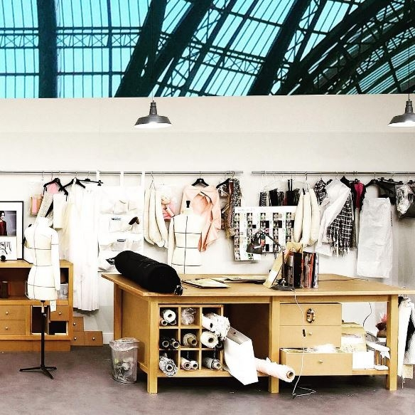 香奈兒瞬間移動巴黎大皇宮!秀場變身裁縫工作室
