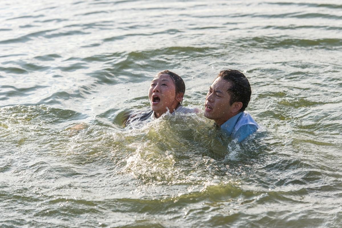 連靜雯摔魚塭 Junior閉眼與魚共游英雄救美