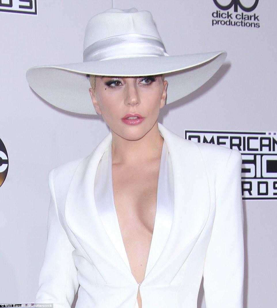 2016全美音樂獎星光熠熠!Gigi Hadid、Selena、Lady Gaga搶當紅毯第一美