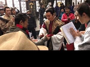 黃曉明樂當財神爺  大派劇組500個紅包
