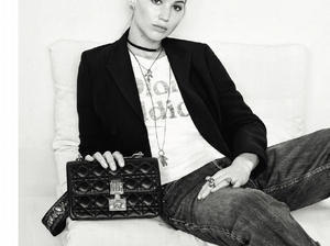 Dior標語T-shirt持續火到秋天!珍妮佛勞倫斯女強人LOOK超瀟灑