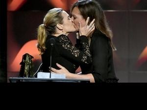 奧斯卡前哨戰! 凱特溫絲蕾奪后上演女女吻
