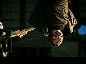 男星慘被高空倒吊十分鐘 腦充血手臂淤青