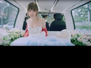 安心亞穿婚紗大秀事業線 希望在睡夢中被搖醒求婚