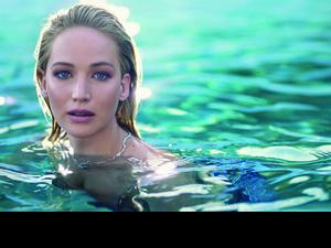 迪奧全新JOY by Dior香氛代言人-珍妮佛羅倫斯,廣告中不論是縱身一躍,還是一回頭一微笑,真的好美