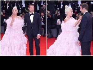 威尼斯影展/女神卡卡粉紅羽毛裙亮相 送飛吻甜幫男神整理領結