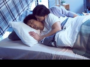 丁噹揪男神胡宇威親密助陣 躺床偷親超犯規