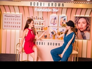 快約姊妹到Bobbi Brown不打烊底妝BAR玩,有專業彩妝師一對一教學,還能拍超時尚酒吧網美照