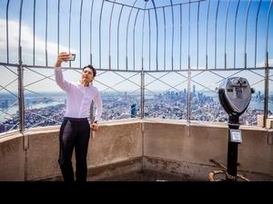 胡宇威登紐約帝國大廈玩瘋! 爽用望遠鏡開心「不用投錢」