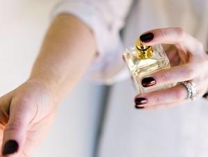 「女人的衣櫃總少一件衣服,香水櫃裡自然有不同的選擇〜」送女友閨蜜香水沒靈感,就從她的穿著細節來下手吧