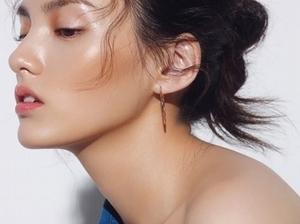 「微醺臉頰,加上俐落的眼妝與水嫩欲滴的雙唇~」夏妝就是要掌握這些彩妝重點,隨時都是最佳上鏡妝容
