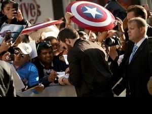 多倫多影展/永遠的美國隊長! 克里斯伊凡新片首映影迷扛盾牌迎接