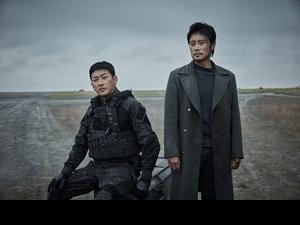 河正宇首度合作李炳憲「十分合得來」! 《白頭山》雙帥灰頭土臉拯救朝鮮半島