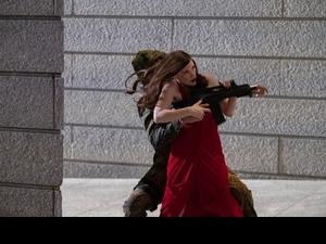 金球影后露背低胸「殺很大」 潔西卡雀絲坦《追殺艾娃》化身全新女英雄