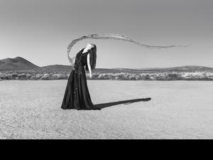 沙漠怪風險被吹走!田馥甄下腰三角構圖「無人知曉的痠痛」