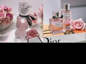 迪奧愛犬BOBBY再度化身香水瓶身,繫上Dior高訂工坊縫製緞帶的復刻版,香味是最熱賣的《Miss Dior花漾迪奧淡香水》,蒐藏迷絕對不能錯過