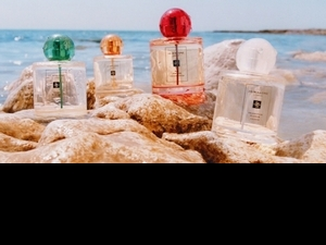 Jo MALONE新香帶妳來度假,瓶身從方瓶變成圓瓶,搭配鮮豔的彩色瓶蓋,一秒就像來到熱帶島嶼花園