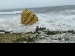 被盧碧狂襲!草間彌生的裝置藝術南瓜跌入海中漂流