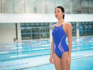 運動女孩最無敵!林可彤用連身泳裝 帶出專業池畔性感