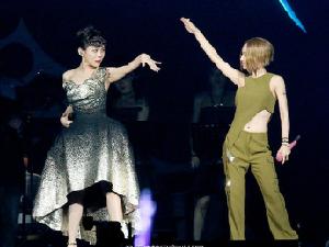 呸姐蔡依林助陣蔡健雅演唱會!用一套軍裝就嗨翻全場