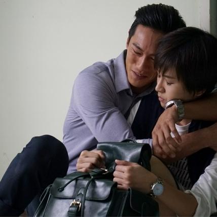 鍾承翰憶起父親哭到腳軟    曾沛慈安撫輕拍背