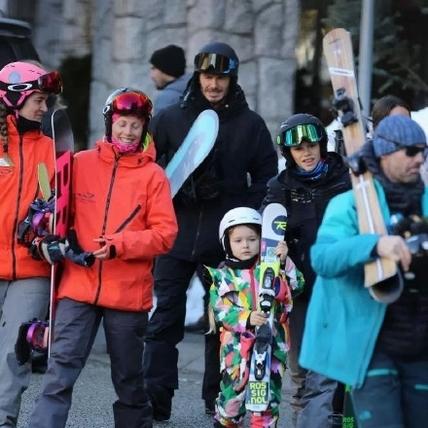 貝克漢家族用氣場在滑雪!小哈潑連換2套雪衣狙擊他的心