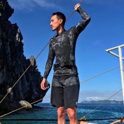玩的時髦才是王道!王陽明帶著登機箱登上夏威夷潛水船好威風