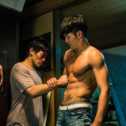 陳禕倫上演男男床戰 不喝水造就完美8塊肌