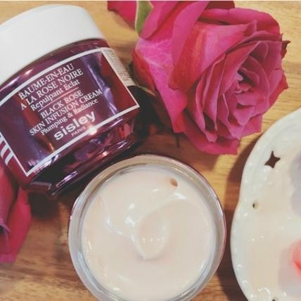 乳液、乳霜都太黏太膩!改用這款爆水「玫瑰水凝霜」,一整天保濕肌膚ㄉㄨㄞㄉㄨㄞ好發光~