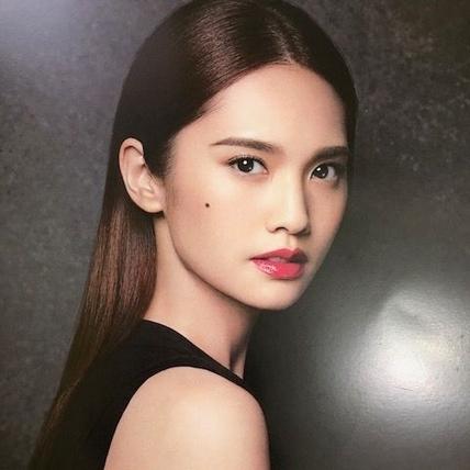 有著光療感的Shu uemura型色聚光唇萃,水潤保濕,飽和持色外,還瞬間隱形唇紋