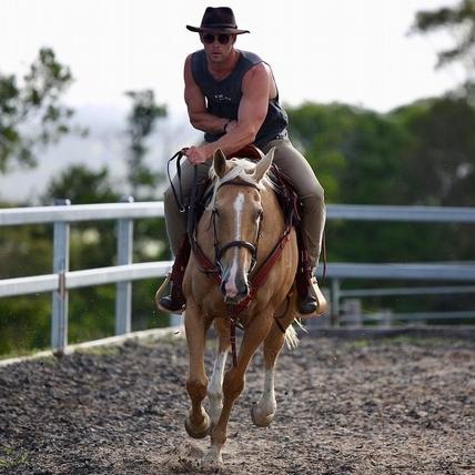 「雷神」戲裡戲外都愛騎! 爆筋露肌秀馬技