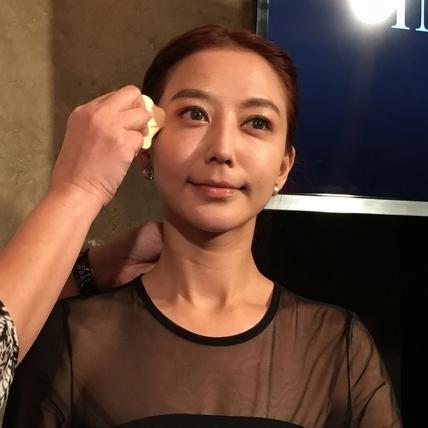 『邊上妝還會邊提拉肌膚』 KOSE無限肌緻緊緻定格底妝系列
