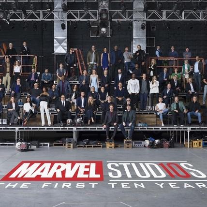 漫威英雄最狂合影慶10周年 鋼鐵人穩坐第一排正中央