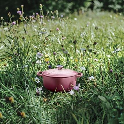 Le Creuset春季新色晨曦粉,櫻花與蕾絲設計展現餐桌上的爛漫春光