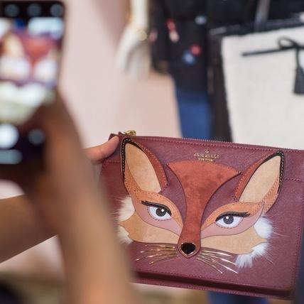 楓紅、碎花、小狐狸!Kate Spade New York秋季把田納西原野風情搬進衣櫥裡!
