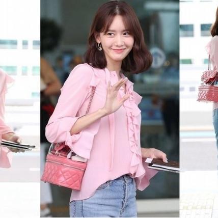 少時潤娥一身粉紅俏麗現身仁川機場,桃紅PVC塑料包包昆凌、歐陽娜娜也有同款!