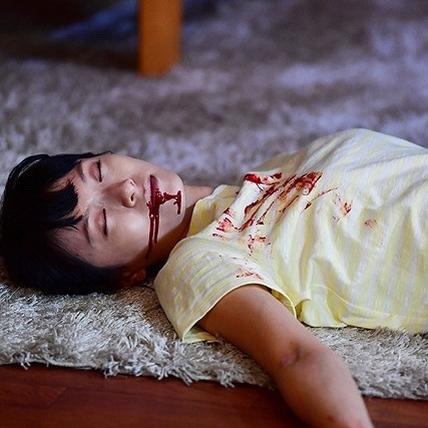 《每天回家老婆都在裝死》榮倉奈奈祭「15種死法」 老公崩潰喊離婚