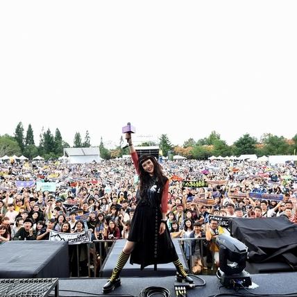 魏如昀重現皇后合唱團經典 揪萬人高唱〈We Will Rock You〉