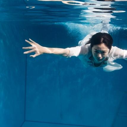 任容萱水中憋氣超害怕! 鉛塊加身跳海玩命