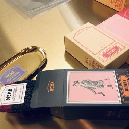 買襪子就送貼紙禮盒包裝和飲料!韓妞超愛NO.1的文青潮襪店 『MSMR』去首爾必逛!