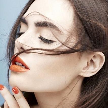 珊瑚橘大勢來了,盤點春妝熱門色選,有了這樣活力鮮明的色彩加持,讓皮膚超顯白讓妳省了打亮步驟