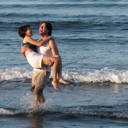 法比歐被迫暫停操肌 全裸戲水竟遭剪光