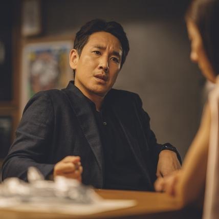 影帝李善均化身多金社長 帥氣左臉電到導演奉俊昊