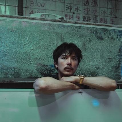 邱澤《江湖無難事》扮「豪洨」製片 玩反差直呼劇本「太荒謬」 !