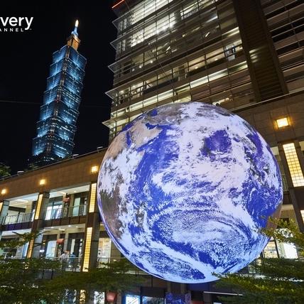 七米高飄浮地球太夢幻!Discovery把巨型地球、南極冰河、太空艙門搬來台,今夏必朝聖打卡