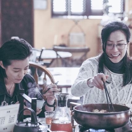 《花椒之味》研究火鍋湯底!  賴雅妍、鄭秀文靠下廚培養姊妹情