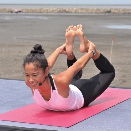 暴雨澆不熄民眾熱情!名模王麗雅雨中教瑜伽