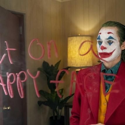 《小丑》預告曝光瓦昆笑聲驚悚!  瘋狂演技詮釋小丑黑化之路