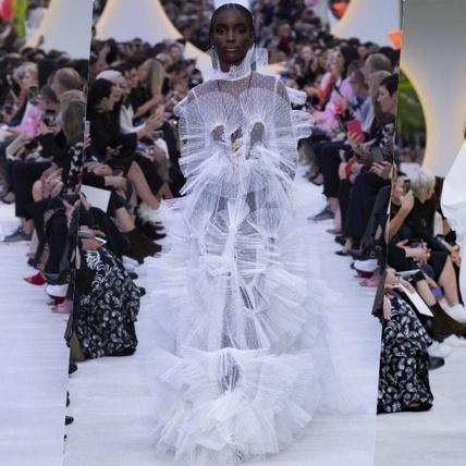 身為白色控絕對會著迷!Valentino將白襯衫翻玩新花樣,模特們根本天使下凡