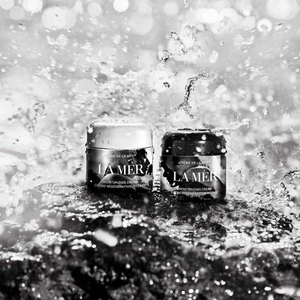 La Mer海洋拉娜,這次不只請來攝影鬼才Mario Sorrenti和女兒一起推出聯名乳霜,經典又前衛的限量包裝更是讓人驚艷